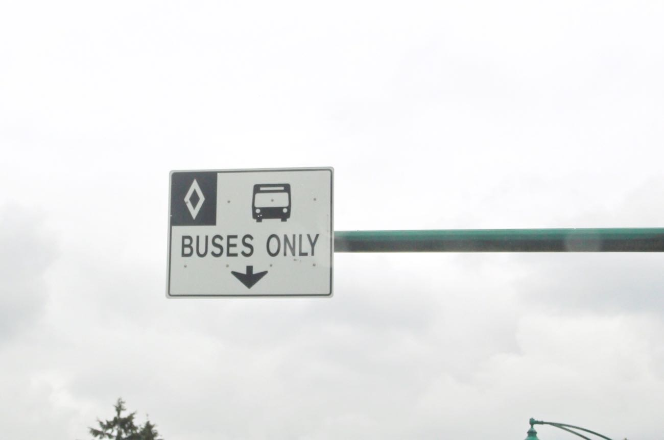 「BUSES ONLY」の標識